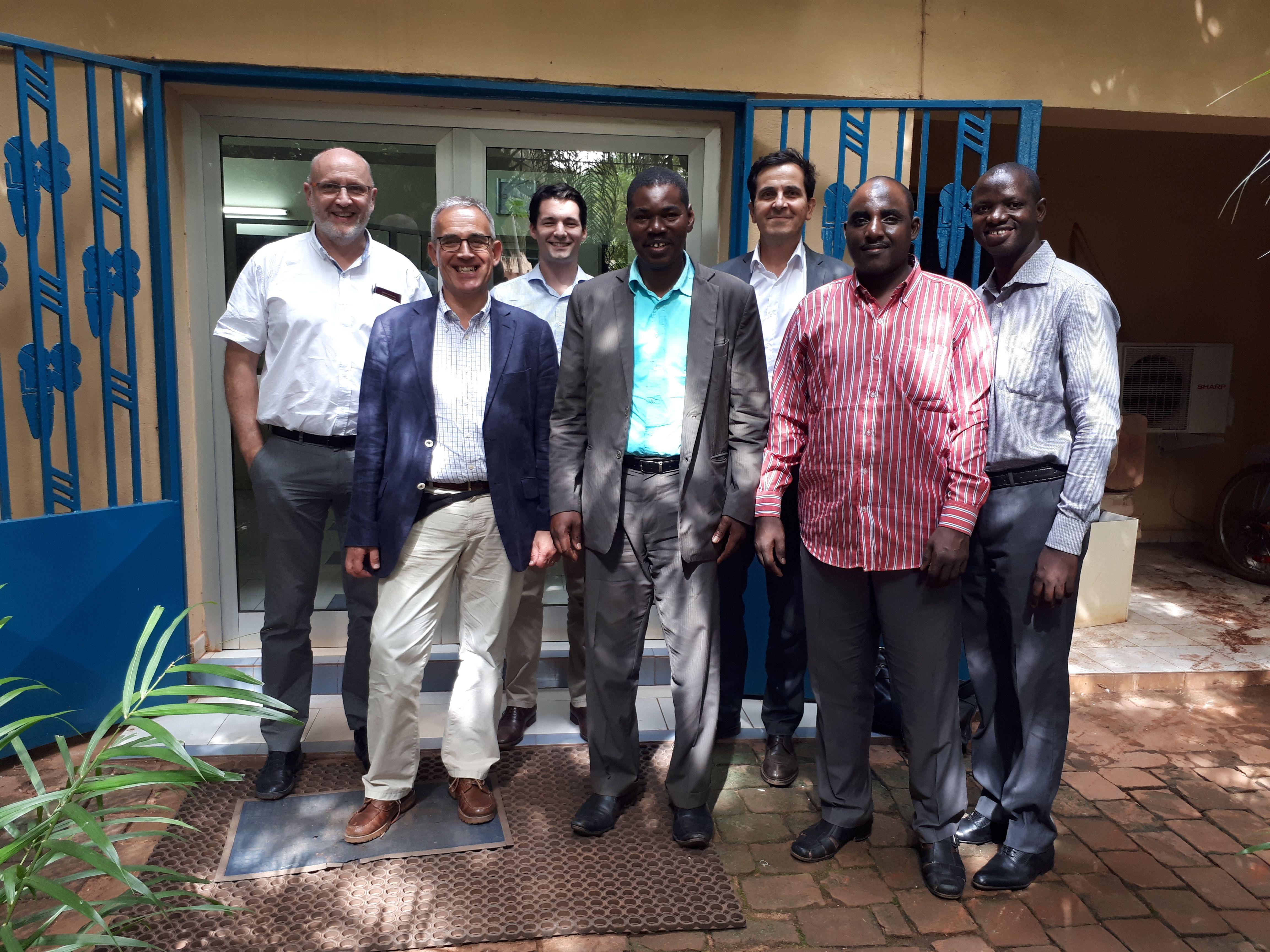 De gauche à droite: Thierry BARBOTTE (UDUMA), Arco VAN DER TOORN (AQUA FOR ALL), Nicolaas VAN DER WILK (UDUMA), Bourama TRAORE (BERE CONSULTING), Lionel CORMIER (DEMETER PARTNERS), Abdoul ABDOU (SNV-MALI) et Emmanuel DIARRA (AKVO-MALI).